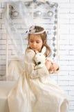 Mädchen im Winterurlaubkleid mit Spielzeugkaninchen Stockbild