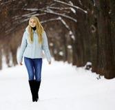 Mädchen im Winterwald Stockfotografie