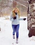 Mädchen im Winterwald Lizenzfreie Stockfotos