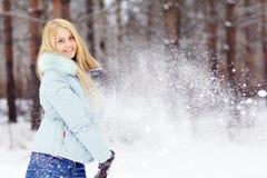 Mädchen im Winterwald Lizenzfreies Stockbild