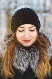 Mädchen im Winterwald stockbild