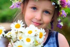 Mädchen im Wreath stockfotos
