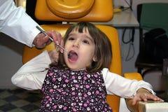 Mädchen im Zahnarztbüro Stockbild