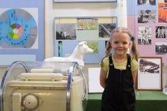 Mädchen im zentralen Haus von Luftfahrt und von Kosmonautik lizenzfreies stockfoto