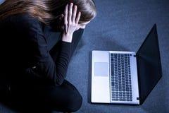 Mädchen inf-Front des Laptops Lizenzfreies Stockfoto