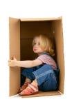 Mädchen innerhalb eines Kastens Stockbild