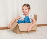 Mädchen innerhalb eines Kastens Lizenzfreie Stockbilder