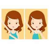 Mädchen interessiert sich Achselhöhle mit desodorierendem Mittel Stockbild