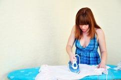 Mädchen ironig Kleid lizenzfreie stockfotos