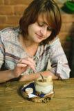 Mädchen isst Tiramisu Stockfotografie