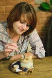 Mädchen isst Tiramisu Stockbild