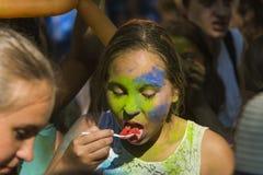 Mädchen isst Wassermelonenplastiklöffel Lizenzfreies Stockbild