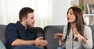 Mädchen ist Auseinanderfallen mit ihrem Freund