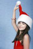 Mädchen ist in der Weihnachtsschutzkappe. Stockbilder