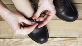 Mädchen ist die Bindung Hände die Spitze auf Stiefel stock video footage