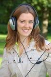 Mädchen ist hörende Musik Lizenzfreie Stockbilder