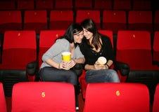 Mädchen ist im Kino Stockfotografie