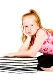 Mädchen ist müde, nachdem sie einen Stapel Bücher gelesen hat lizenzfreies stockfoto