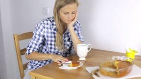 Mädchen ist nervös und lehnt ab, zu frühstücken stock video footage