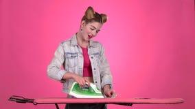 Mädchen ist reiche und bügelnde Rechnungen Rosa Hintergrund stock video