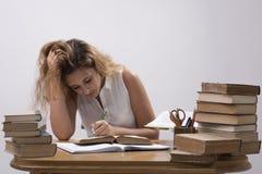 Mädchen ist studierendes Buch Lizenzfreie Stockfotos