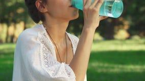 Mädchen ist Trinkwasser zwischen diong Yoga