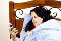 Mädchen ist und im Bett krank Stockfotos