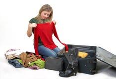 Mädchen ist Verpackungskleidung lizenzfreies stockbild