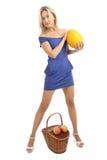 Mädchen 34 Jahre alt, im Blau, hautenges Kleid mit Melone. Lizenzfreie Stockfotografie