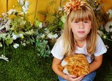 Mädchen 6 Jahre alt im Garten mit Spielzeug Lizenzfreie Stockbilder