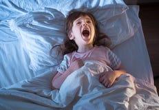 Mädchen 4 Jahre alte Schreien beim Lügen im Bett Lizenzfreies Stockbild