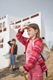 Mädchen-Jungen-Blick-Strand Stockbilder