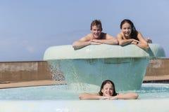 Mädchen-Jungen-Sommer-Pool glücklich Stockfoto