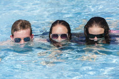 Mädchen-Jungen-Sonnenbrille-Pool Lizenzfreie Stockbilder