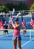 Mädchen-Juniormeister Ana Konjuh des US Open 2013 von Kroatien während der Trophäendarstellung Lizenzfreie Stockfotografie