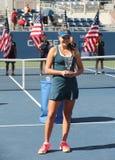 Mädchen-Juniormeister Kayla Day des US Open 2016 von Vereinigten Staaten während der Trophäendarstellung Lizenzfreies Stockfoto