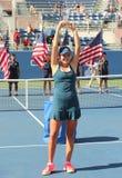 Mädchen-Juniormeister Kayla Day des US Open 2016 von Vereinigten Staaten während der Trophäendarstellung Stockbilder