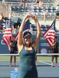Mädchen-Juniormeister Kayla Day des US Open 2016 von Vereinigten Staaten während der Trophäendarstellung Lizenzfreie Stockbilder