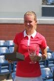 Mädchen-Juniormeister Marie Bouzkova des US Open 2014 von der Tschechischen Republik während der Trophäendarstellung Stockfotos