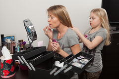 Mädchen kämmt das Haar der Mutter Stockfotos
