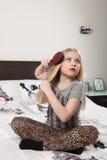Mädchen kämmt Haar Lizenzfreies Stockbild