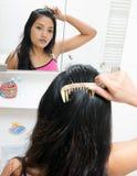 Mädchen kämmt ihr Haar Lizenzfreie Stockfotografie