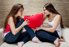 Mädchen kämpfen auf Kissen Stockbilder