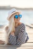 Mädchen - Kapitän in sexy Seemann T-Shirt Stockfoto