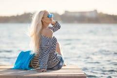 Mädchen - Kapitän in sexy Seemann T-Shirt Stockbild