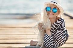 Mädchen - Kapitän in sexy Seemann T-Shirt Stockfotografie