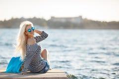 Mädchen - Kapitän in sexy Seemann T-Shirt Lizenzfreies Stockbild