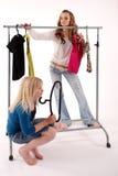 Mädchen kaufen Kleidung Stockbild