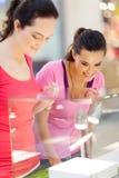 Mädchen kaufenjewelery Lizenzfreies Stockfoto