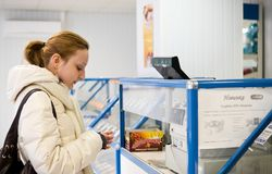 Mädchen kauft einen Süßigkeitspeicher Lizenzfreies Stockfoto